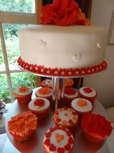 Toptaartje met bijpassende cupcakes