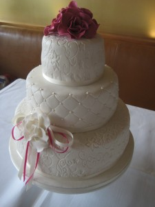 3 laagse taart met fuchsia bloemwerk