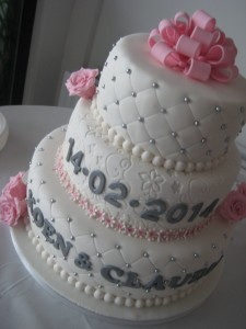 Witte taart met zilver en roze decoraties