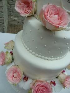 Vierlaagse taart met prachtige echte bloemen voor in de Grote Kerk