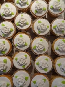 Bruidscupcakes witte rozen